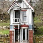Tiny Victorian-style house, Eureka Springs, Arkansas - photo courtesy of Wikimedia Commons